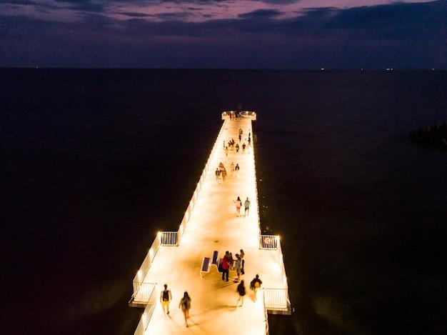 Luchtfoto van pier in de buurt van zee 's avonds in bulgarije