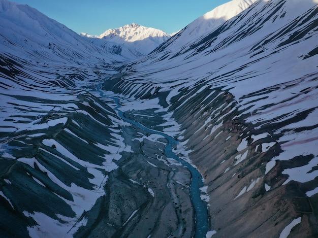 Luchtfoto van pin-vallei gezien vanuit het dorp mudh