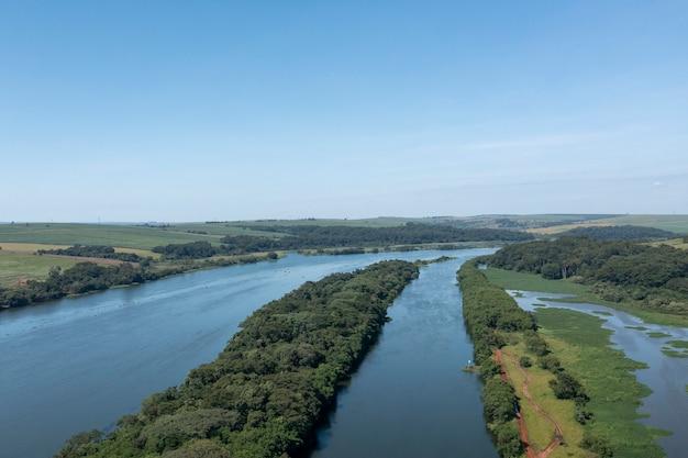 Luchtfoto van plantages in de buurt van de rivier de tietã, in bariri, binnenland van são paulo.