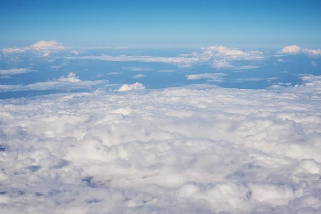 Luchtfoto van pluizige wolken. bovenaanzicht van een prachtige cloudscape en blauwe hemel