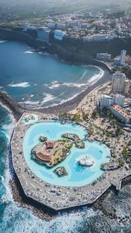 Luchtfoto van prachtig ontworpen zoutwater zwembaden lago martianez in puerto de la cruz, tenerife, canarische eilanden, spanje
