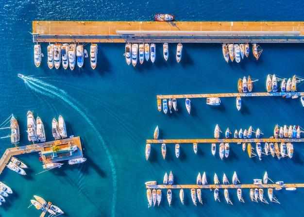 Luchtfoto van prachtige boten op het dok