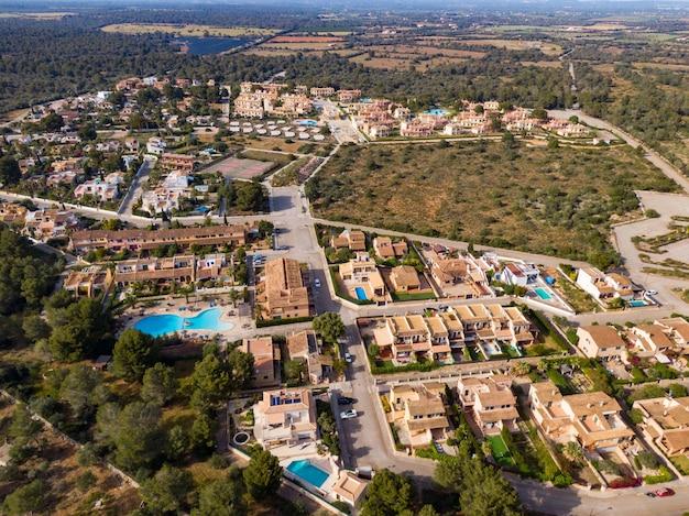 Luchtfoto van prachtige gebouwen in mallorca, balearen in spanje