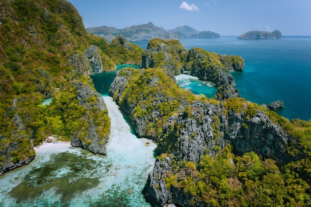 Luchtfoto van prachtige grote lagune en karst kalkstenen kliffen. el nido, palawan, filippijnen