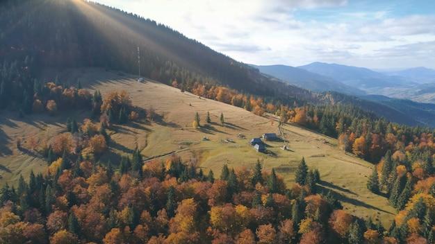 Luchtfoto van prachtige herfst berglandschap