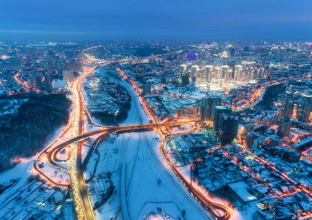Luchtfoto van prachtige moderne stad op koude nacht in de winter