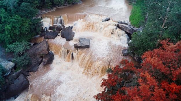 Luchtfoto van prachtige natuurlijke rivier waterval en groen bos met bergen