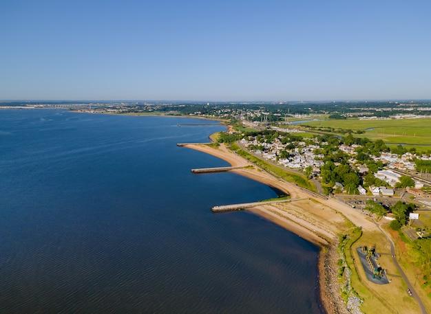 Luchtfoto van prachtige stedelijke landschap kleine kuststad oceaan landschap op water in zomerdag