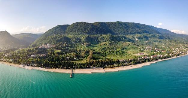 Luchtfoto van prachtige zee en bos in gagra, zomer in de kaukasus in abchazië. 2019