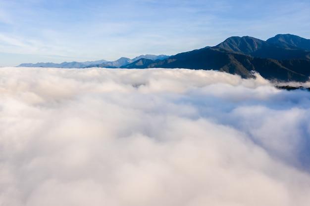 Luchtfoto van puli-cityscape met wolken boven de stad, nantou-provincie, taiwan