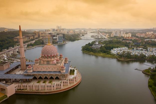 Luchtfoto van putra-moskee met putrajaya-stad
