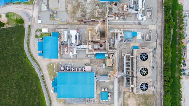 Luchtfoto van raffinaderij in de olie- en gasindustrie geschoten vanuit drone
