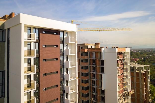 Luchtfoto van residentiële flatgebouwen met meerdere verdiepingen in aanbouw. vastgoed ontwikkeling.