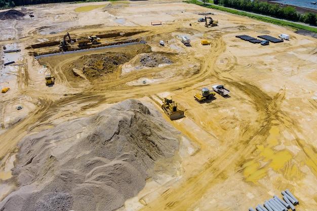 Luchtfoto van rioolconstructiegeul voor het leggen van externe rioleringsdrainagesysteemconstructie bij grondwerken