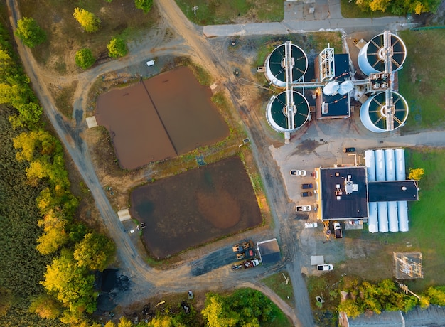 Luchtfoto van rioolwaterzuiveringsinstallatie modern afvalwater industrieel van waterbehandeling