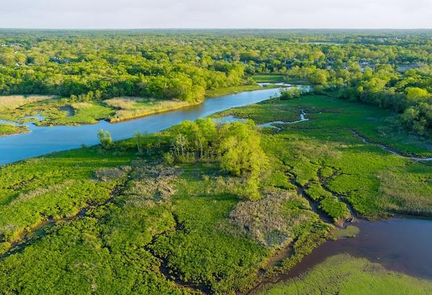 Luchtfoto van rivieren in het boslandschap in de zomer.