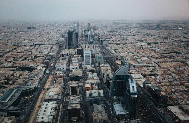 Luchtfoto van riyadh centrum in de avond