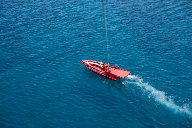 Luchtfoto van rode speedboot