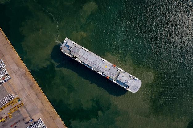 Luchtfoto van roro voertuigcarrier schip parkeren voor het laden van auto in zeehaven.