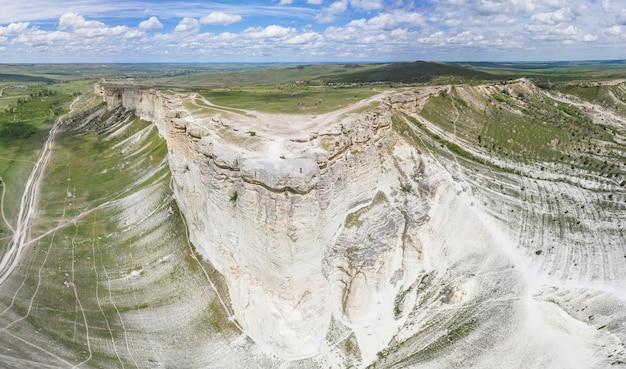 Luchtfoto van rotsachtige berg white rock of ak-kaya (belaya skala), crimea.