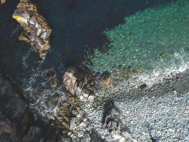 Luchtfoto van rotsen aan zee