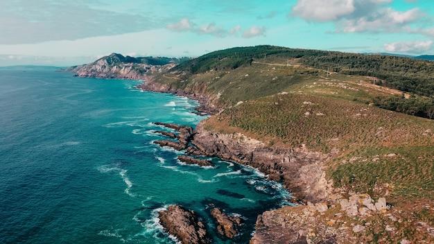 Luchtfoto van rotswanden in de buurt van een turkoois zeegezicht