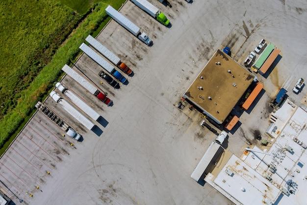 Luchtfoto van rustplaats voor zware vrachtwagens met restaurant en grote parkeerplaats nabij snelweg