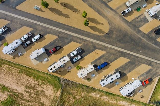 Luchtfoto van rv camping met reisaanhanger parkeren camping resort gebied park