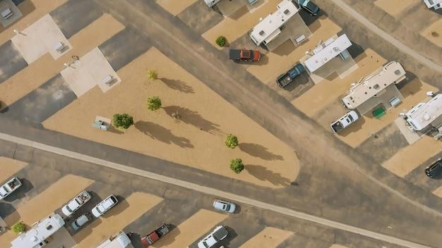 Luchtfoto van rv parking camping park resort met reisclubhuis