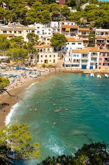 Luchtfoto van sa tuna strand aan de kust van begur in de zomer, girona aan de costa brava van catalonië in de middellandse zee
