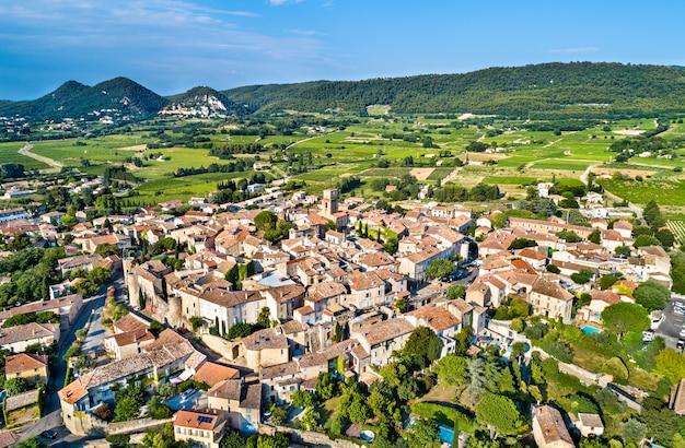 Luchtfoto van sablet, een versterkt provençaals dorp in frankrijk