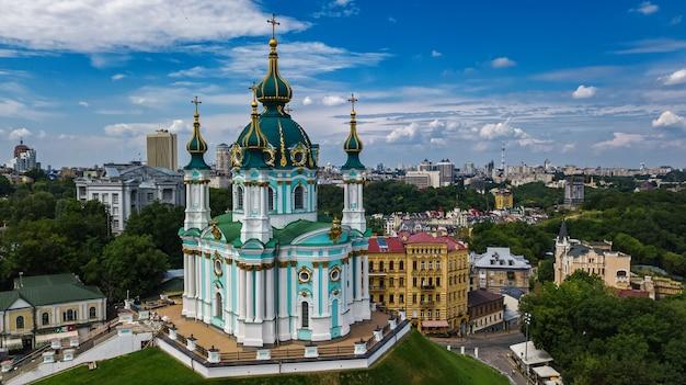 Luchtfoto van saint andrew's kerk in kiev