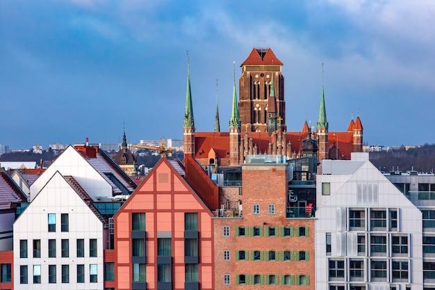 Luchtfoto van saint mary church in de oude binnenstad van gdansk