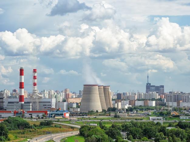 Luchtfoto van schoorstenen van een elektriciteitscentrale, een industriegebied in het noorden van moskou