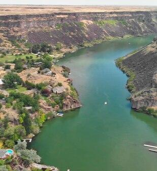 Luchtfoto van shoshone falls in het zomerseizoen vanuit het oogpunt van de drone, idaho, verenigde staten.