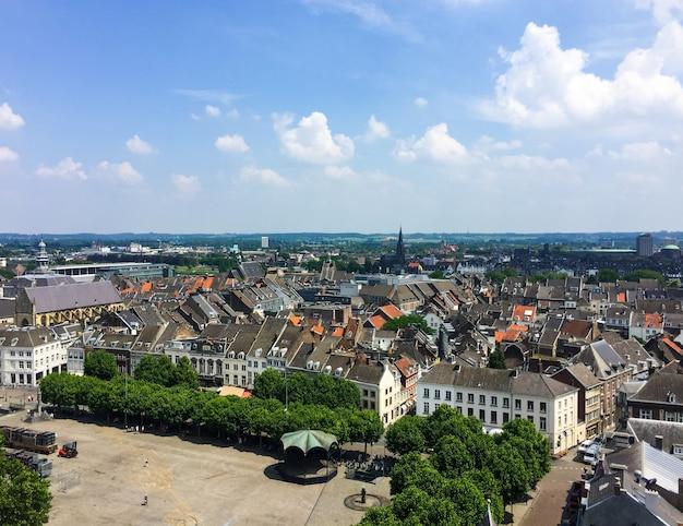 Luchtfoto van sint janskerk toren stjohn kerk op het stadsbeeld van maastricht nederland