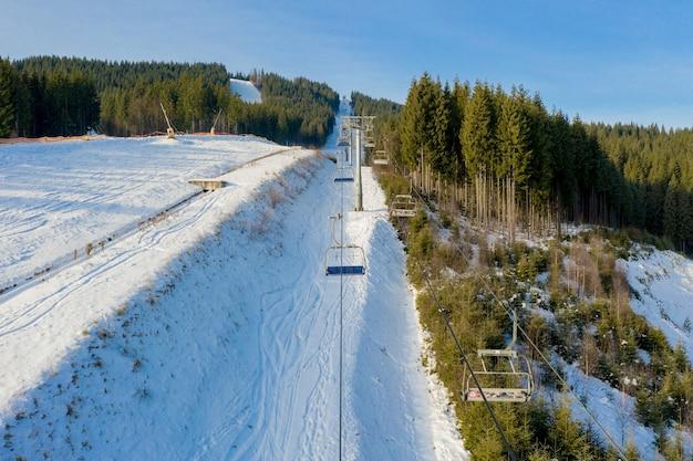 Luchtfoto van skilift op heldere winterdag