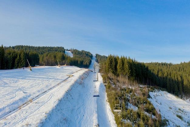 Luchtfoto van skilift op heldere winterdag.