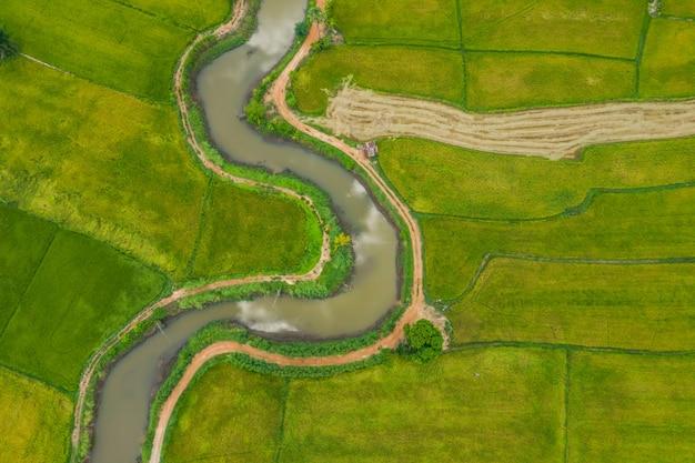 Luchtfoto van slinkse rivier in een veld