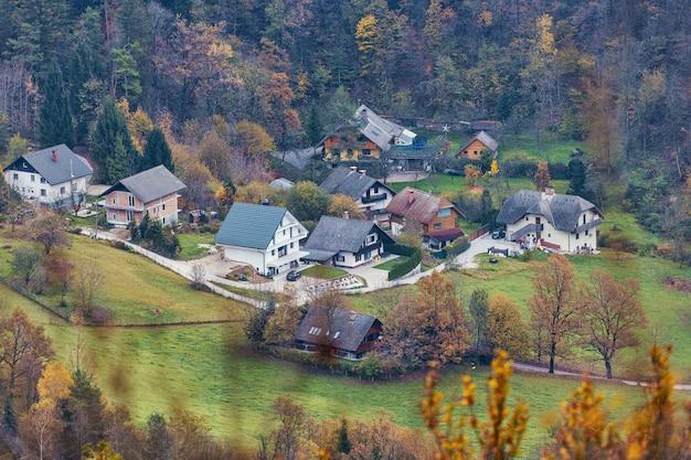 Luchtfoto van sloveens dorp in de buurt van het meer van bled