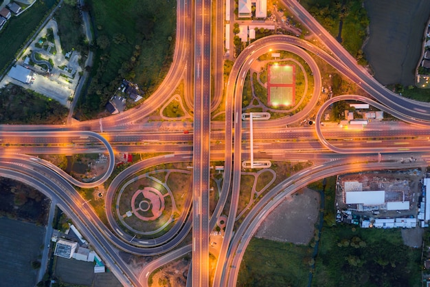 Luchtfoto van snelweg kruispunten bovenaanzicht van stedelijke stad, bangkok in de nacht, thailand.