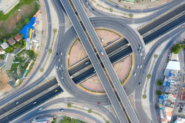 Luchtfoto van snelweg kruispunten bovenaanzicht van stedelijke stad, bangkok, thailand.