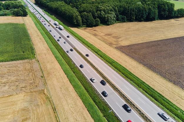 Luchtfoto van snelweg met rijdende auto's. wegverkeer