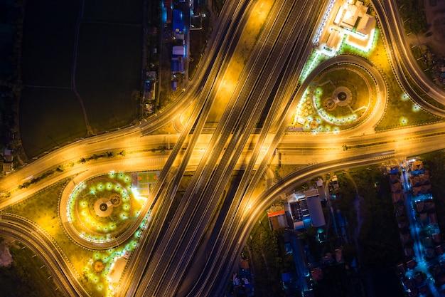 Luchtfoto van snelwegknooppunten.