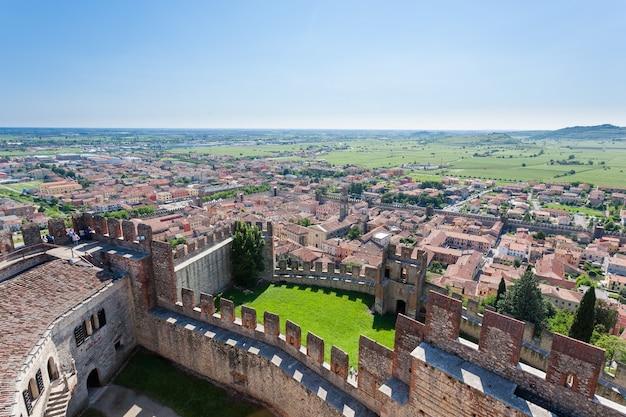 Luchtfoto van soave, middeleeuwse ommuurde stad in italië