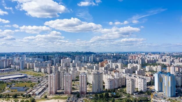 Luchtfoto van sociale appartementen in de voorsteden in een grote stad