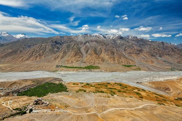 Luchtfoto van spiti vallei en key gompa in de himalaya