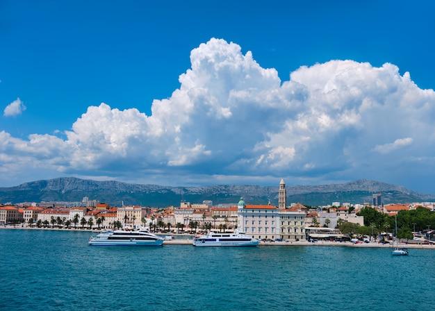 Luchtfoto van split city harbor. zee, passagiersschepen, historische huizen, toren met erachter bergen