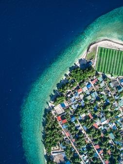 Luchtfoto van stad gebouwen in de buurt van waterlichaam overdag