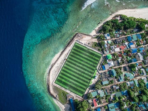 Luchtfoto van stadsgebouwen in de buurt van water overdag (2)